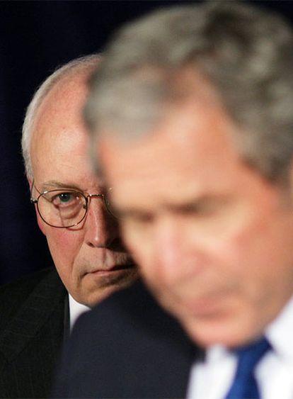 Dick Cheney, tras George Bush en una rueda de prensa en el Pentágono el pasado 29 de noviembre.