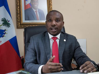 El ministro de Relaciones Exteriores y Cultos de Haití, Claude Joseph, que asumirá como primer ministro, habla durante una entrevista con EFE el 12 de febrero de 2021, en Puerto Príncipe.