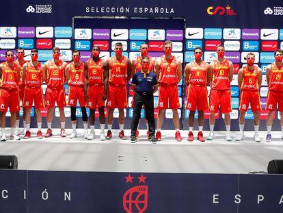 Los jugadores de la selección española de baloncesto posan en el acto de presentación oficial rumbo a los Juegos de Tokio. efe