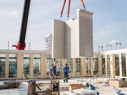 Edificio en Bremen (Alemania) realizado con el sistema de construcción industrializada de madera y hormigón de Cree, que ACR va a implantar en España.