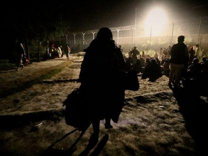 Un grupo de afganos, a la espera de poder abandonar Kabul antes de que salieran los últimos aviones con refugiados.