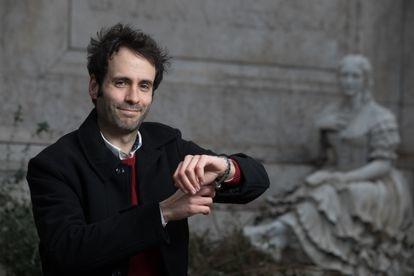 El filosofo madrileño Jorge Freire en la estatua de Juan Valera en el Paseo de Recoletos.