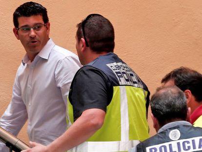 El alcalde de Ontinyent y presidente de la diputación de Valencia, Jorge Rodríguez, llega al ayuntamiento custodiado por agentes de la UDEF.