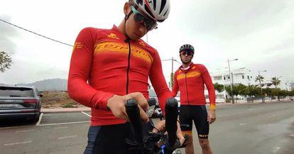 Jota (al fondo) y su guía en los entrenamientos, Luis Molina, antes de una paliza (habitual) de tres horas y media para la prueba de bicicleta.