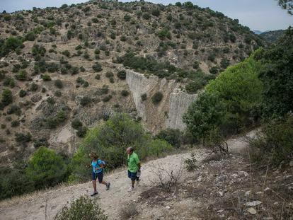 Dos visitantes en la presa del Gasco, sobre el río Guadarrama de Madrid.