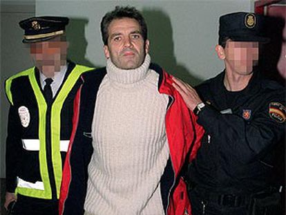 El exdirigente de ETA José Javier Arizkuren, 'Kantauri', a su llegada a España en diciembre de 2001 tras ser entragado por Francia.