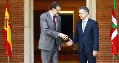 Rajoy y Urkullu se saludan, ayer, en la puerta del palacio de La Moncloa.