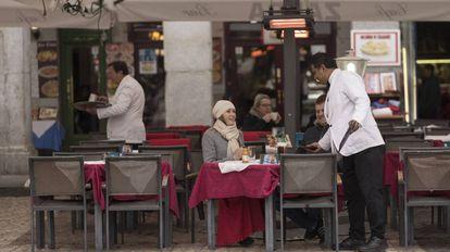 Un camarero atiende las mesas de la terraza en un bar de la plaza Mayor, este lunes.