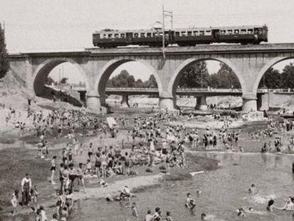 Escena de baños y merienda en el río Manzanares en 1946. Fondo Fotográfico Martín Santos Yubero. ARCM.