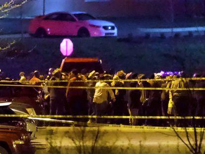 Grupos de personas congregadas en las inmediaciones del almacén de FedEx, tras el tiroteo este jueves en Indianápolis.
