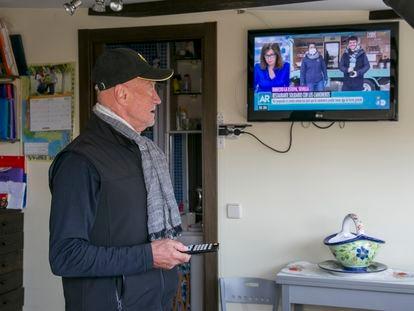 Una persona mayor en su domicilio, viendo la televisión, en Manzanares el Real, Madrid.