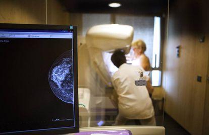 Un técnico realiza una mamografía a una paciente