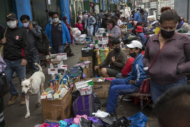 Un mercadillo ambulante, el pasado jueves, en Lima (Perú, uno de los países más golpeados por el virus).