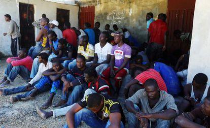 Inmigrantes descansan este lunes después de haber sido rescatados por los guardacostas libios cerca de Trípoli.