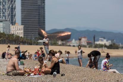 Varias personas, en la playa de la Barceloneta el sábado.