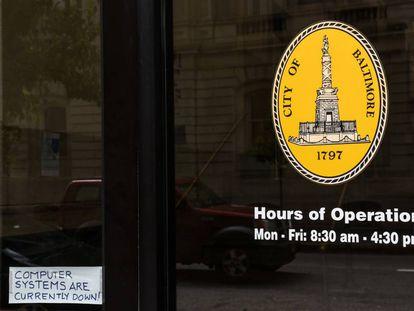 Un cartel en el Ayuntamiento de Baltimore hace referencia a la 'caída' de los sistemas debido al 'hackeo', el pasado 10 de mayo.