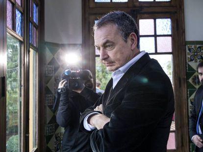 El expresidente del Gobierno, José Luis Rodríguez Zapatero, en una visita a la casa donde vivió Antonio Machado durante la Guerra Civil, en Rocafort (Valencia).