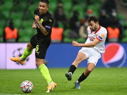 Munir golpea el balón para hacer el gol del triunfo del Sevilla.