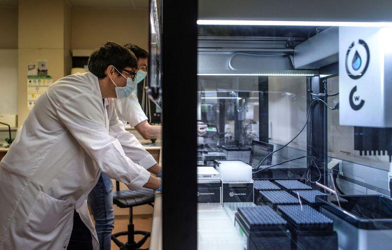 Uno de los robots del hospital Vall d'Hebron que permite hacer las pruebas PCR.