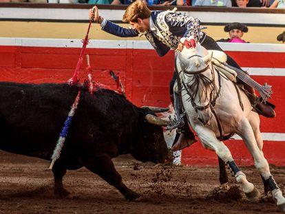 Guillermo Hermoso de Mendoza pincha con el rejón de muerte a su primer toro.