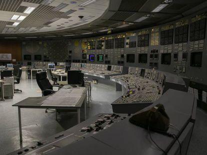 Alexander Jegorov, de 60 años, en la sala de control de la central nuclear soviética de Ignalina (Lituania), el pasado 7 de marzo. En vídeo, la agonía de Ignalina, el último reducto de la URSS en la UE.
