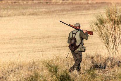 Imagen de archivo de un cazador en el campo.