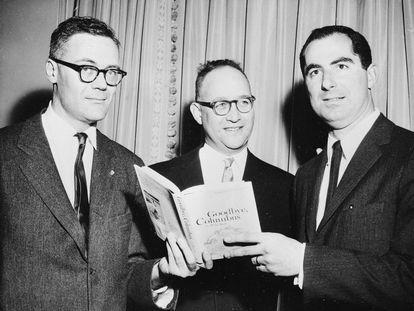 De izquierda a derecha, los tres ganadores del Premio Nacional de Literatura, Robert Lowell, Richard Ellmann y Philip Roth, en Nueva York, el 24 de marzo de 1960.