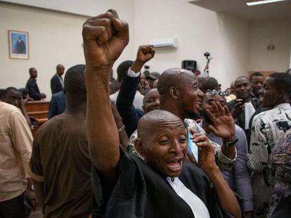 Representantes de Felix Tshisekedi celebran la decisión del Tribunal Constitucional en Kinshasa.