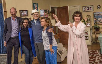 Norman Lear con los guionistas y reparto de 'Día a día'.