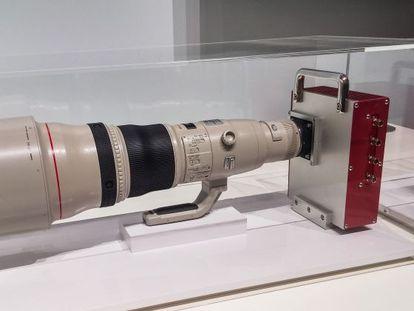 Sensor de 250 megapíxeles con un objetivo acoplado.
