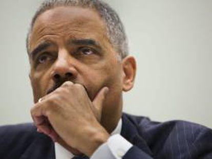 El secretario de Justicia y fiscal general de EE.UU., Eric Holder, comparece ante el Comité Judicial de la Cámara de Representantes sobre los últimos escándalos que afectan a la Administración Obama, en el edificio Rayburn en Washington, EE.UU., este 15 de mayo.