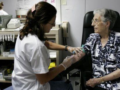 Una paciente acude a un hospital de Barcelona para el control de Sintrom.