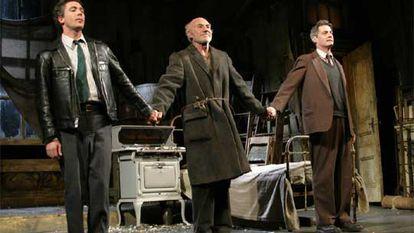 Tres actores saludan al público tras una representación de 'El cuidador', en Nueva York, en 2003.