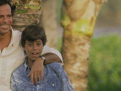 En vídeo, Enrique Iglesias habla de su relación con su padre. En foto, Julio Iglesias con su hijo Enrique en Hawai en una imagen tomada en la década de los ochenta.