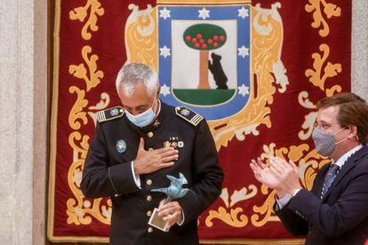 El jefe de Bomberos de Marid, Rafael Ferrándiz, recibe la paloma de bronce de la hermandad Virgen de la Paloma.