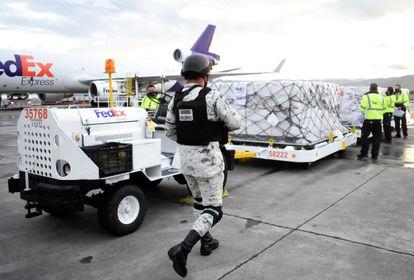 Llegada de un cargamento de vacunas de Johnson & Johnson donadas por EE UU al aeropuerto internacional de Toluca el 15 de junio.