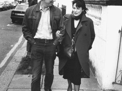 Philip Roth y su segunda esposa, la actriz Claire Bloom, cerca de su casa en marzo de 1990.