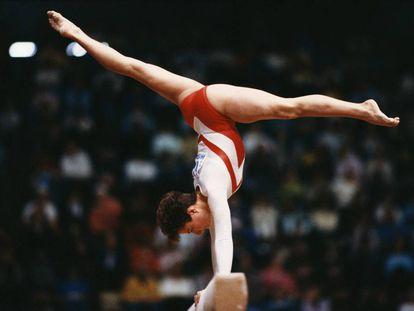 Yelena Shushunova compite en el Mundial de Rotterdam, en 1987.