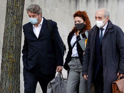 El exgerente del PP Cristóbal Páez, a la izquierda, a su llegada a la Audiencia Nacional el pasado lunes en compañía de sus abogados.