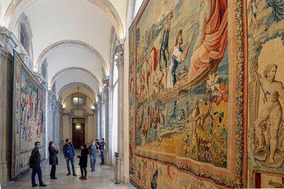 Vista de la monumental Galería del Palacio Real que acoge la muestra 'Rafael en Palacio. Tapices para Felipe II'.