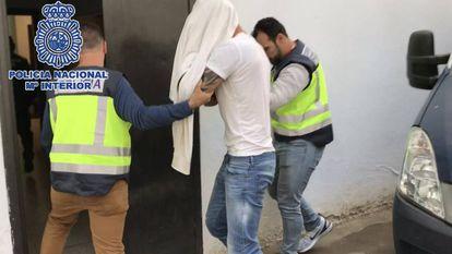 Agentes de la Policía Nacional trasladan al británico detenido en Marbella.