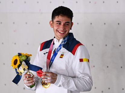 Alberto Ginés con la medalla de oro conseguida en los Juegos Olímpicos de Tokio 2020.