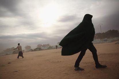 Un hombre camina por el campo de desplazados de Ras Jdir, Túnez, donde han ido a parar miles de refugiados huidos de Libia. En el campo permanecen aquellos que no  tienen dinero para llegar hasta sus países, y que estos no se preocupan de su repatriación.