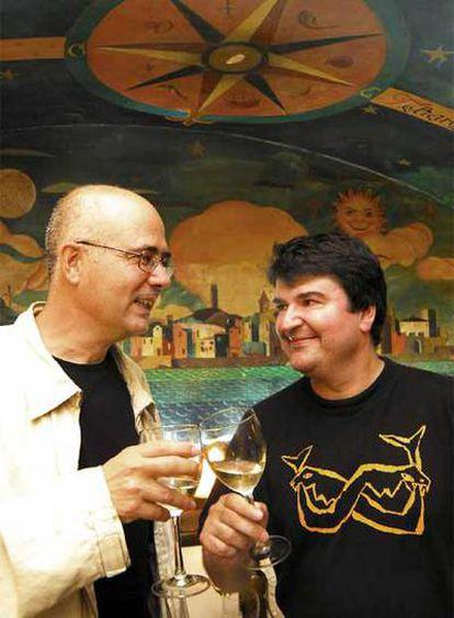 Antón Patiño y Xurxo Souto brindan en el restaurante La Botegga de A Coruña ante un mural de Lugrís.