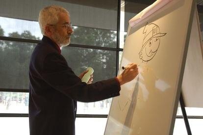 """El dibujante Josep Lluís Martínez Picañol, 'Picanyol', en 2014, cuando decidió jubilar a su personaje """"Ot, el bruixot"""", tras más de cuatro décadas en la revista 'Cavall Fort'."""