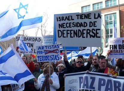 Varios manifestantes muestran su apoyo a Israel ante la embajada de este país en Madrid.