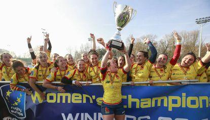 Las jugadoras de la selección española de rugby celebran su victoria este sábado en Bruselas.