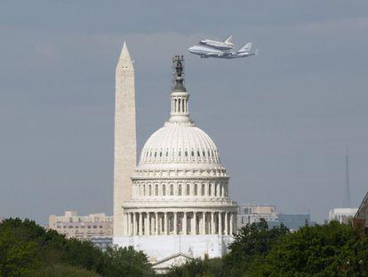 El 'Discovery' vuela junto al Capitolio y el Monument, emblemas de la capital estadounidense, antes de su retirada para quedar definitivamente expuesto en el Museo Nacional del Aire y el Espacio.