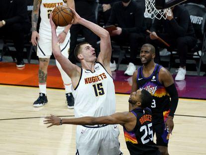 Jokic lanza ante Bridges en el primer partido de las semifinales del Oeste entre Denver y Phoenix.