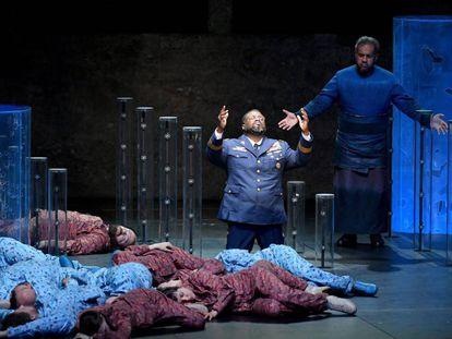 Russell Thomas (Idomeneo) y Jonathan Lemalu (Neptuno), en un pasaje de la producción de Idomeneo estrenada en el Festival de Salzburgo.